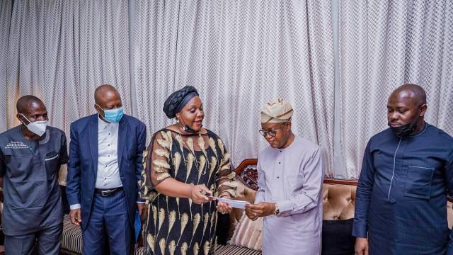 Nwadiuto Iheakanwa presenting award to Gboyega Oyetola