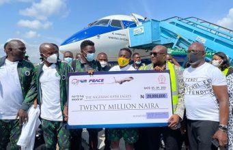 Allen Onyema presents N20m cheque to Super Eagles